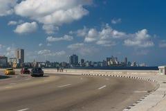 La哈瓦那,古巴:从Malecon的城市视图在晴天 免版税库存图片