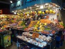La在列斯旁边的Boqueria市场在巴塞罗那卡塔龙尼亚西班牙漫步 免版税库存图片