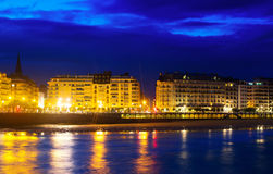 La外耳堤防和海滩在微明下 Donostia 库存照片