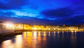 La外耳海湾在秋天夜 Donostia 免版税库存图片