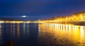 La外耳海滩在Donistia的秋天夜 库存图片