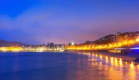 La外耳海滩看法在Donistia的晚上 库存照片