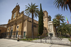 La大教堂圣塔玛丽亚Assunta和伟大的战争纪念建筑 免版税库存照片