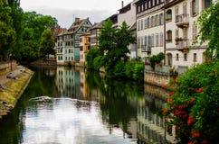 La小的法国历史的房子在史特拉斯堡在Th反射了 图库摄影
