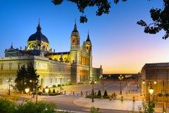 La日落的Almudena大教堂,马德里,西班牙 免版税库存图片