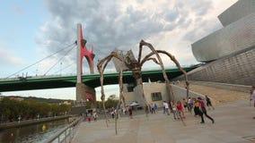 La横跨Nervion河,在古根海姆美术馆附近的Maman蜘蛛的药膏桥梁 股票录像