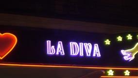La歌剧女主角俱乐部霓虹横幅在夜巴黎,法国 影视素材