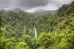 La福尔图纳瀑布在阿雷纳尔国家公园,哥斯达黎加 免版税图库摄影