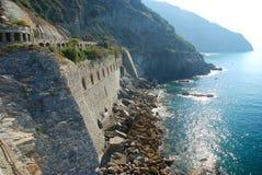 La通过dell'amore,爱方式  Cinque Terre,利古里亚, Cinque Terre,即Riomaggiore五个村庄的Italy.Crowded轮渡运载的游人, Manarola、Corniglia、Vernazza和Monterosso 库存图片