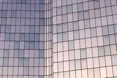 La防御办公室玻璃门面在巴黎商业区 免版税库存图片