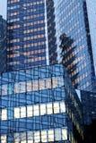 La防御办公楼玻璃门面在巴黎商业区法国 免版税库存图片