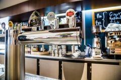 La防御,法国- 2016年7月17日:桶装啤酒在一家大传统法国餐馆在la防御城市,最伟大的busi轻拍 免版税图库摄影