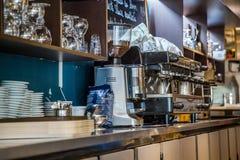 La防御,法国- 2016年7月17日:桶装啤酒在一家大传统法国餐馆在la防御城市,最伟大的busi轻拍 免版税库存照片