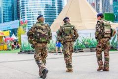La防御,法国- 2016年7月17日:法国军事巡逻分配 库存照片