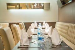 La防御,法国- 2016年7月17日:美丽的服务的桌在豪华餐馆在la的一家大传统法国餐馆defen 库存图片