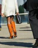 La防御,法国2014年4月10日:走与在街道上的袋子的女商人的画象 她佩带短裙和典雅的增殖比 库存照片
