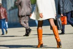 La防御,法国2014年4月10日:走与在街道上的袋子的女商人的画象 她佩带短裙和典雅的增殖比 免版税库存照片