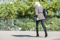 La防御,法国2014年4月10日:走与在街道上的袋子的女商人的画象 她看非常偶然,并且有m 库存照片