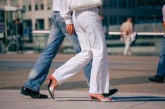 La防御,法国- 2006年8月30日:走在街道的时髦的夫妇 人佩带蓝色牛仔裤的和妇女白色气喘 免版税库存照片