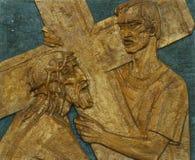 la 5ème station de la croix, Simon de Cyrene porte la croix Images stock