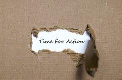 La época de palabra para la acción que aparece detrás del papel rasgado Foto de archivo