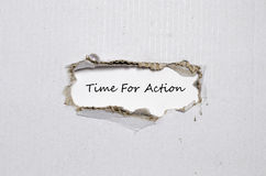 La época de palabra para la acción que aparece detrás del papel rasgado Imagen de archivo libre de regalías