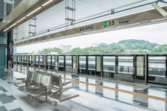La última plataforma total del kajang del tránsito rápido del MRT El MRT es el último sistema de transporte público del valle de  imagen de archivo