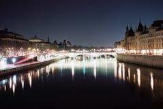 la освещает перемет реки paris nuit Стоковое Фото