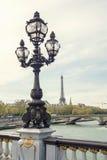la штольни бинокля монетки de fayette Франции высокий работал над paris вверх по взгляду Мост Александра III против Эйфелева башн Стоковое Изображение RF