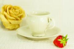 la Aún-vida con el juego de té, seca color de rosa y la fresa Imágenes de archivo libres de regalías