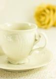 la Aún-vida con el juego de té y seca color de rosa Imagenes de archivo