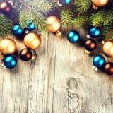 La aún-vida de la Navidad con las chucherías y el abeto multicolores ramifica Fotografía de archivo libre de regalías