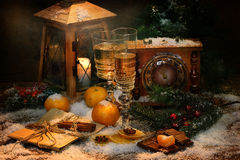 La aún-vida del Año Nuevo con champán y mandarinas Imágenes de archivo libres de regalías