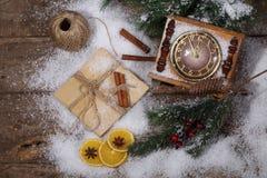 La aún-vida del Año Nuevo con horas, nieve y el piel-árbol ramifica Foto de archivo