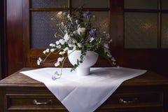 La aún-vida elegante de un ramo de primavera florece en un v blanco Imagen de archivo
