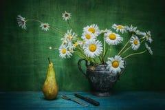 la Aún-vida florece la margarita y la pera Imágenes de archivo libres de regalías