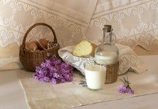 La aún-vida rural con leche y pan Fotografía de archivo