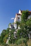 La abadía benedictina en Tyniec en Polonia en fondo del cielo azul Imagenes de archivo