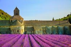 La abadía de la lavanda floreciente de Senanque florece en puesta del sol Gordes, L Imagen de archivo libre de regalías