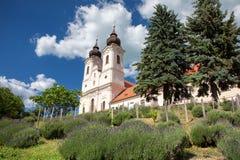 La abadía de Tihany con un jardín de la lavanda en el frente en el Bal del lago Fotografía de archivo libre de regalías
