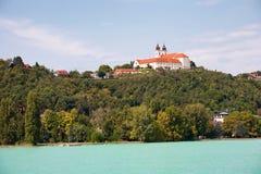 La abadía de Tihany vista del lago Balatón en Hungría Foto de archivo libre de regalías