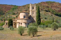 La abadía vieja del cierre de San Antimo para arriba, día soleado de septiembre Italia Imágenes de archivo libres de regalías