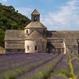 La abadía y la lavanda de Senanque colocan, Provence, Francia Imágenes de archivo libres de regalías