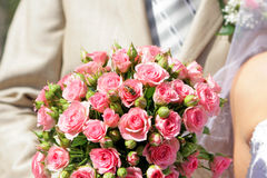 La abeja se sienta en rosas de un ramo Foto de archivo