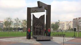 La abertura del monumento a los soldados soviéticos en Afganistán 4K almacen de video