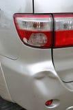 La abolladura de parachoques del coche del vehículo y la colisión rota luz trasera se estrellan imagen de archivo libre de regalías