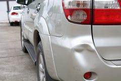 La abolladura de parachoques del coche del vehículo y la colisión rota luz trasera se estrellan imagen de archivo