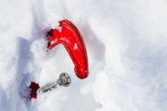 La abrazadera vieja roja en la nieve El símbolo de la nieve deriva, las nevadas, avalanchas, pérdidas de la nieve, trabajo en el  foto de archivo libre de regalías