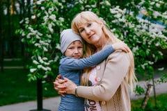 La abuela abraza al nieto al aire libre foto de archivo libre de regalías