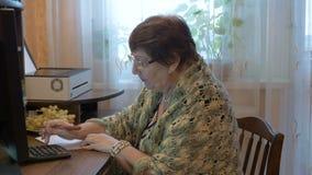 La abuela aprende utilizar un ordenador Estudiar tecnologías modernas almacen de video